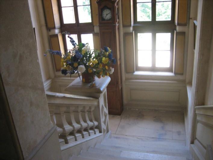 Location de vacances - Château - Manoir à Saint-Denis-de-l'Hôtel - escalier
