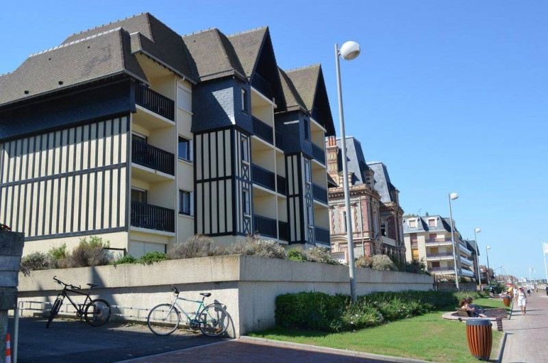 Location de vacances - Appartement à Cabourg - situation immeuble sur promenade MARCEL Proust