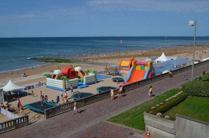 Location de vacances - Appartement à Cabourg - vue du balcon sur le club MICKEY l  'été