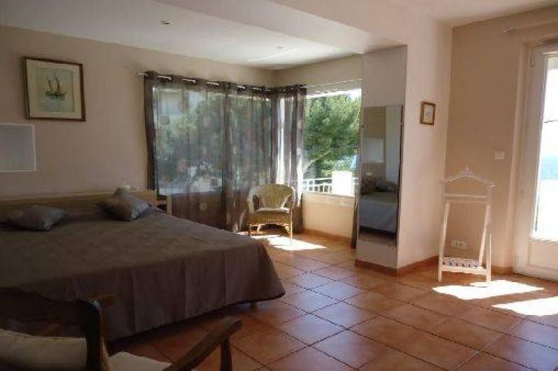 Location de vacances - Appartement à Cassis - Chambre avec grand téléviseur écran plat,  Grands  placards