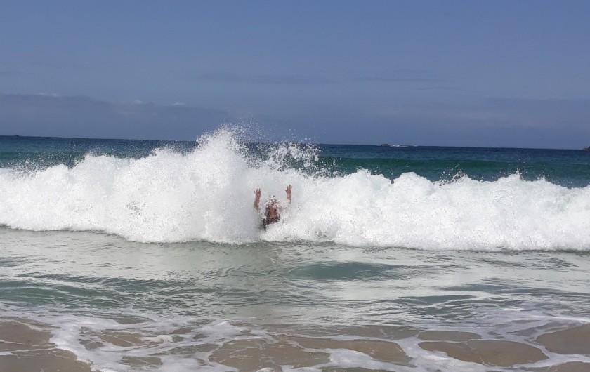 Location de vacances - Gîte à Brélès - Plaisir des vagues à la plage de Penfoul à Landunvez.