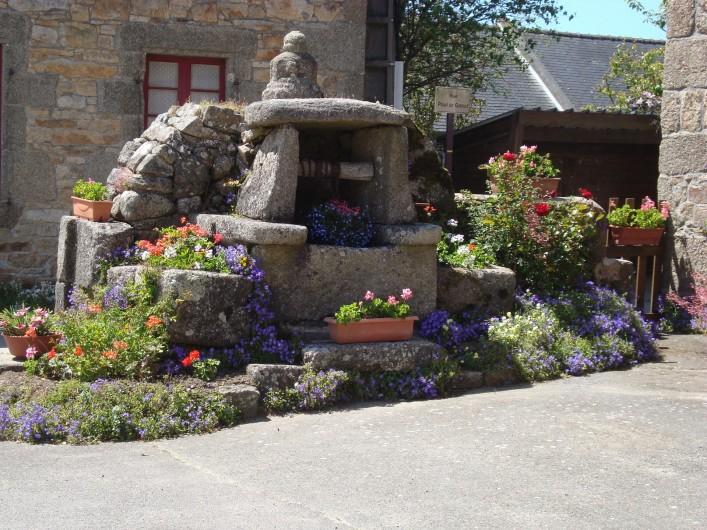 Location de vacances - Gîte à Brélès - Puits fleuri au bourg du village.
