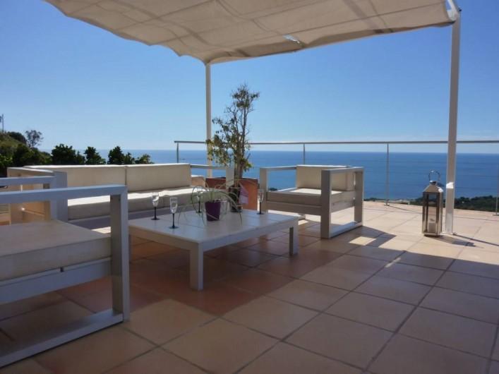 Location de vacances - Villa à Altea - terrasse avec salon extérieur et store coulissant