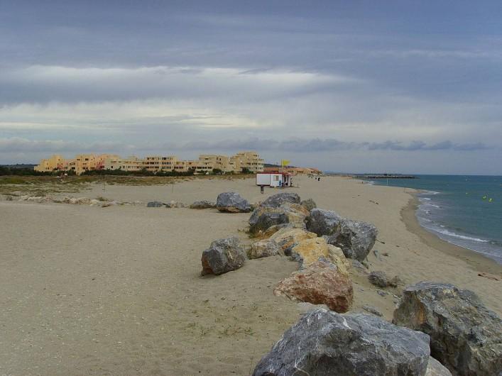 Location de vacances - Maison - Villa à Leucate - plage à l'opposé du site, notre maisonnette  se trouve dans le fond de l'image