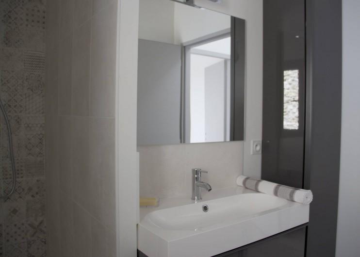 Location de vacances - Gîte à Robion - Salle d'eau serviettes inclus