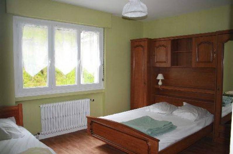 Location de vacances - Gîte à Sapois - Chambre avec 1 lit double, 1 lit simple et 1 lit bébé