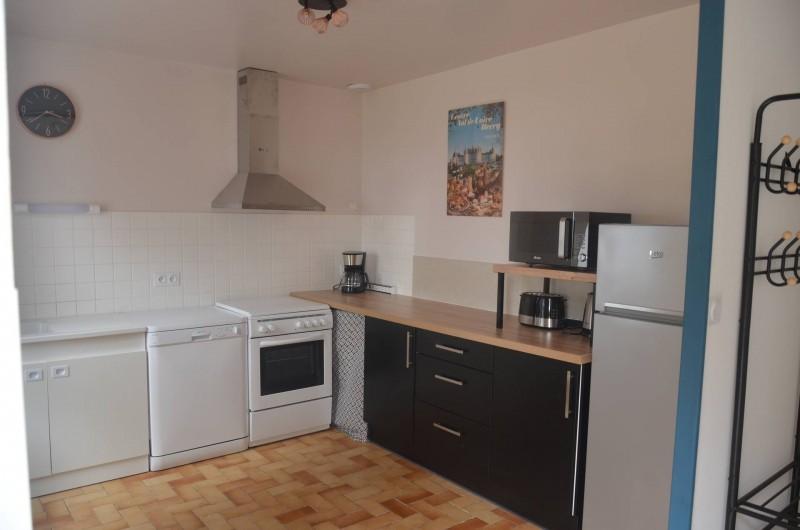 Location de vacances - Gîte à Saint-Romain-sur-Cher - cuisine aménagée avec gazinière, frigo, lave-vaisselle, micro-onde