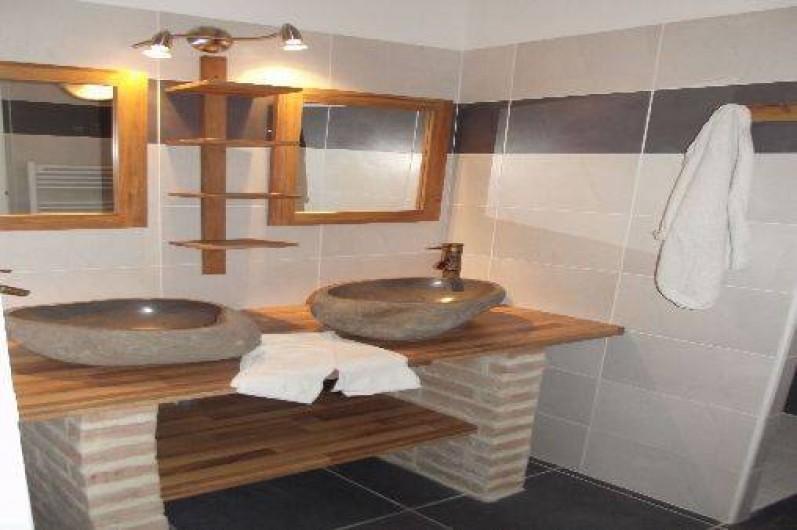 Location de vacances - Gîte à Crouy-sur-Cosson - Salle de Bain. Vasques en pierre