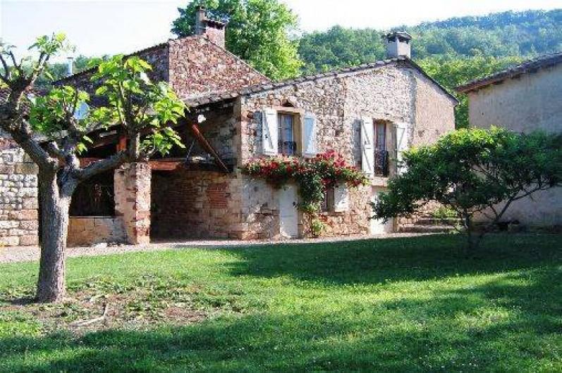 Location de vacances - Gîte à Cordes-sur-Ciel - Le gîte vu du pré