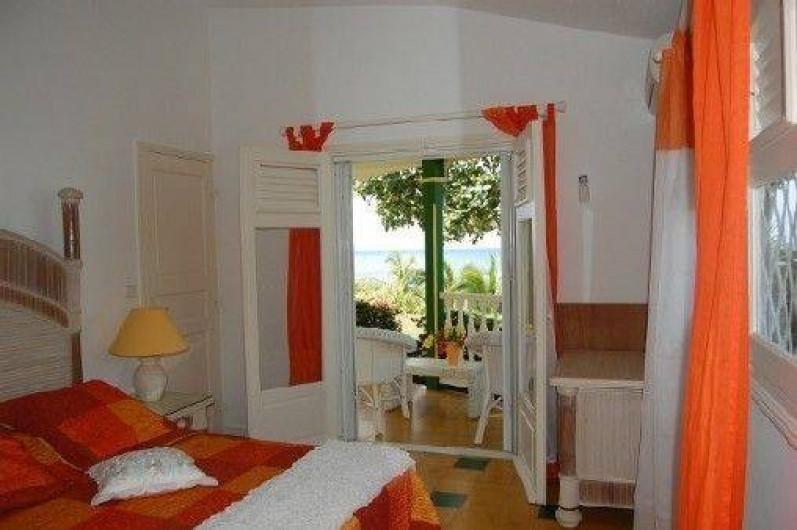 Location de vacances - Villa à Saint-François - Chambre climatisée vue mer et direct sur la terrasse + penderie et commode