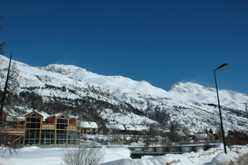 Location de vacances - Appartement à Le Monêtier-les-Bains - Vue de la résidence à droite des Grands Bains