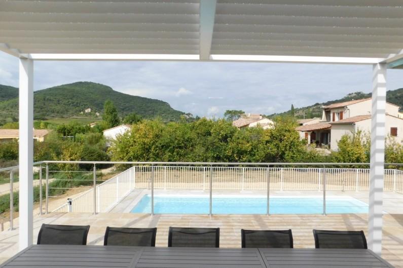 Location de vacances - Villa à Saint-Sauveur-de-Cruzières - Terrasse couverte d une pergola donnant sur la piscine