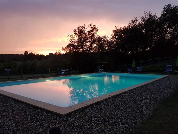 Location de vacances - Chalet à Vergt-de-Biron - Piscine au couché du soleil