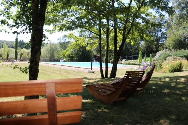 Location de vacances - Chalet à Vergt-de-Biron - Espace  ombragé à la piscine