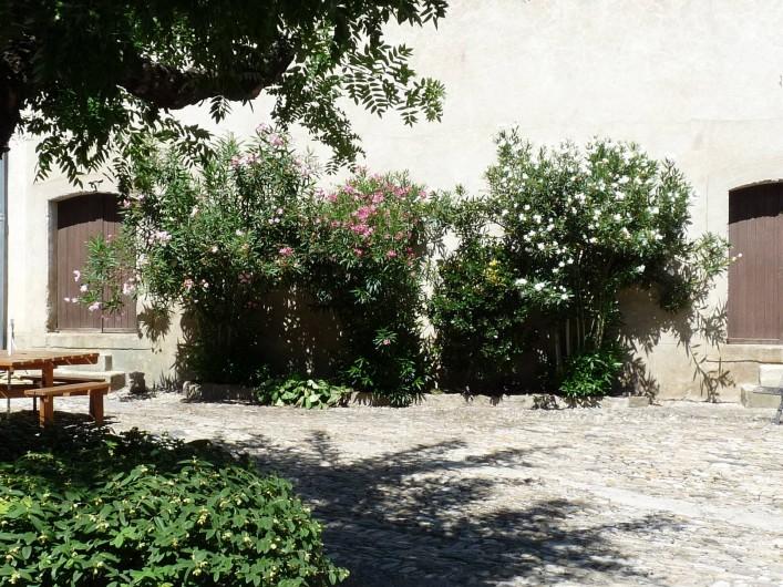 Location de vacances - Gîte à Cournanel - vue cour extérieure  Gîte Adèle