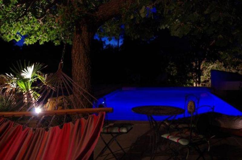 Location de vacances - Villa à Jouques - Piscine nuit vue du Hamac dans pool-house