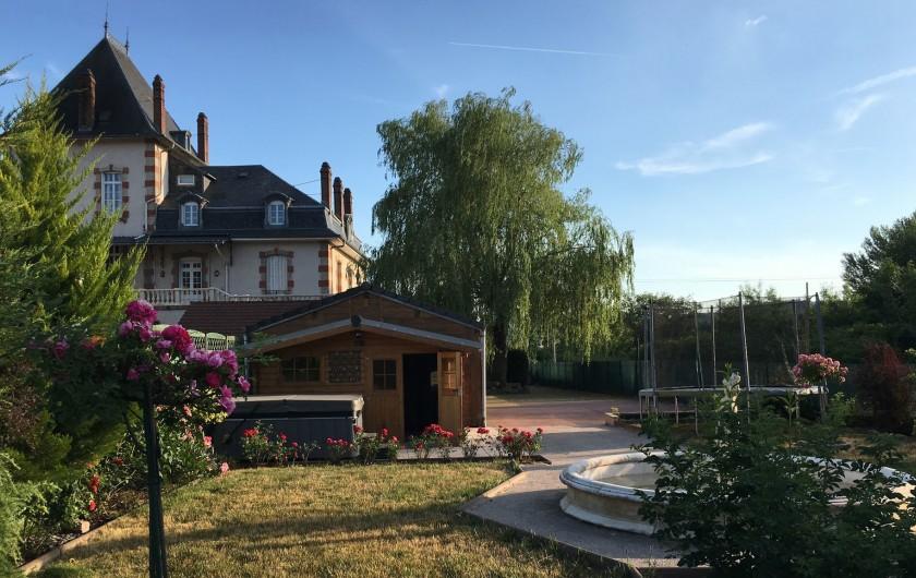 Location de vacances - Gîte à Raon-l'Étape - Vue coté jardin avec le Jacuzzi au premier plan