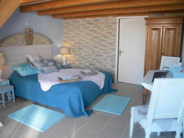 Location de vacances - Chambre d'hôtes à Castelnau-de-Montmiral - chambre pastel spacieuse 2à 4 pers  avec mezzanine  2 lits adultes