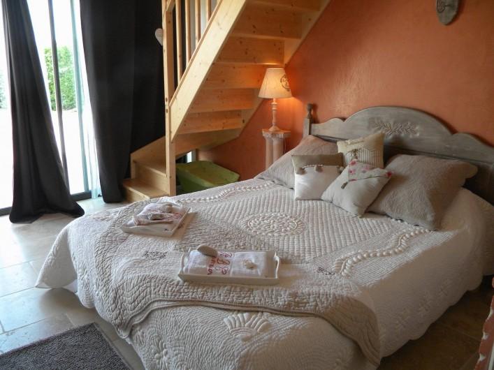 Location de vacances - Chambre d'hôtes à Castelnau-de-Montmiral - chambre travertine spacieuse   2 à 4 pers , mezzanine 2 lits adultes