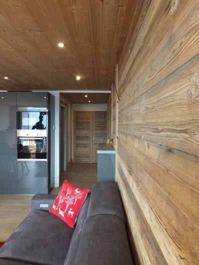 Location de vacances - Appartement à L'Alpe d'Huez - VUE SUR ENTREE DEPUIS CANAPE