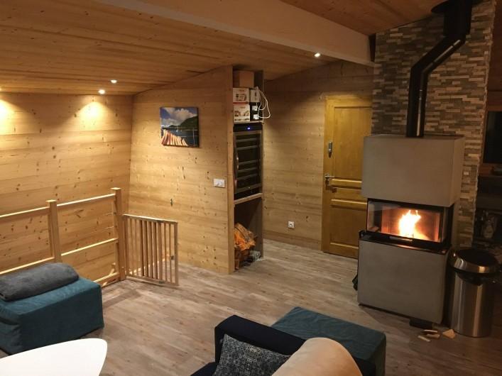 Location de vacances - Chalet à Les Avanchers-Valmorel - escalier menant aux chambres de l'étage du dessous.
