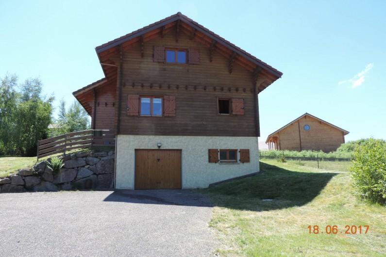 Location de vacances - Chalet à Saint-Maurice-sur-Moselle - Façade Ouest et garage en sous sol