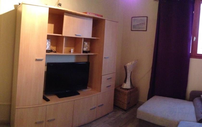 Location de vacances - Appartement à Fort-Mahon-Plage - pièce à vivre avec meuble living et TV