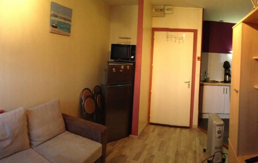 Location de vacances - Appartement à Fort-Mahon-Plage - pièce à vivre avec vue sur la porte d'entrée