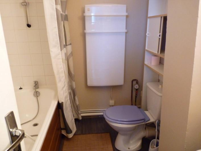 Location de vacances - Appartement à Fort-Mahon-Plage - salle de bain avec baignoire, WC et lavabo