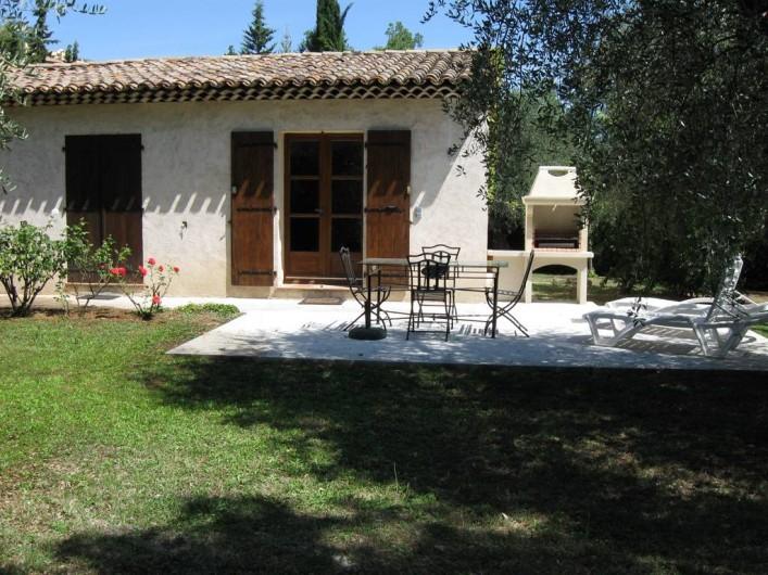 Location de vacances - Appartement à Gattières - Terrasse avec table à manger, transats et barbecue