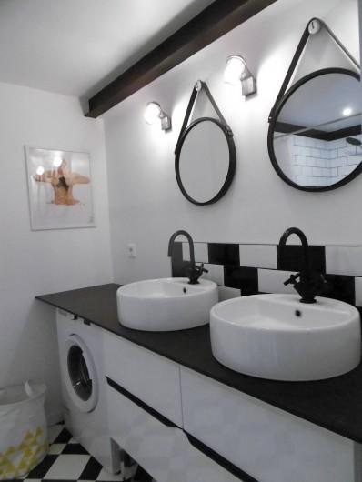 Location de vacances - Gîte à Roujan - Salle d'eau avec double vasques +Lave -linge