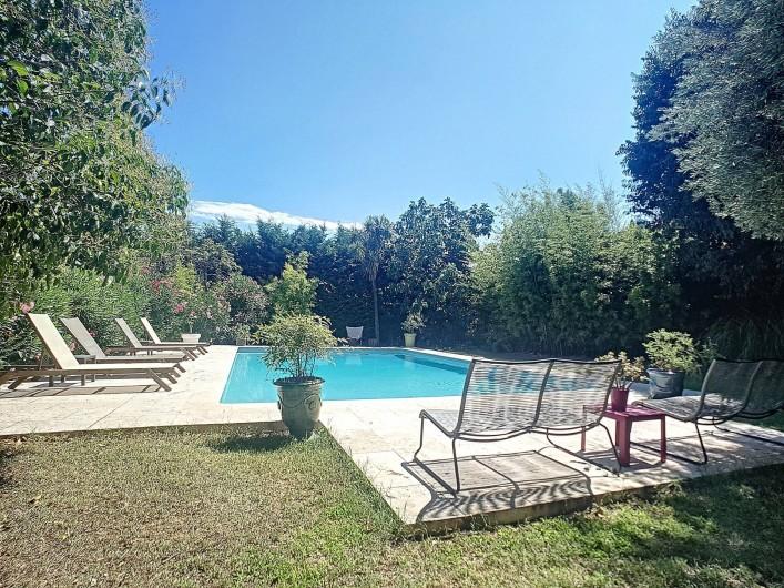 Location de vacances - Gîte à Roujan - Piscine avec chaises longues.