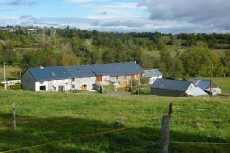 Location de vacances - Gîte à Paulhac - L'ensemble de la batisse, la maison de location se trouve être sur la droite