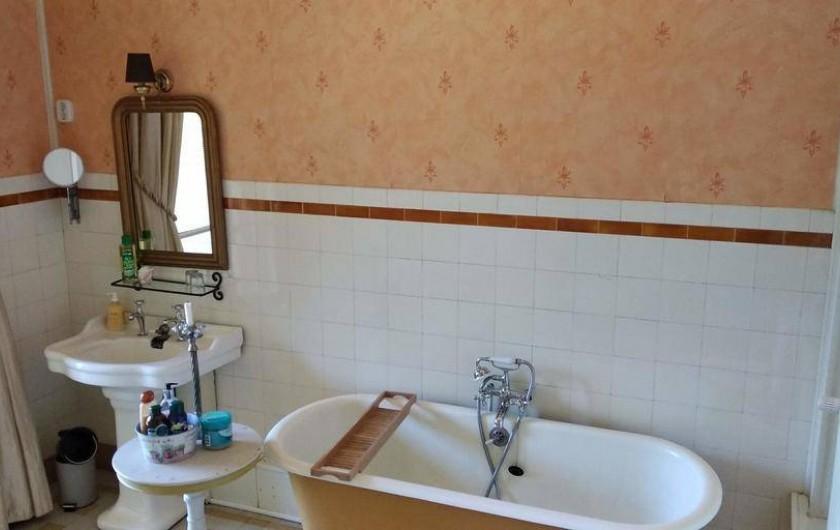 Location de vacances - Chambre d'hôtes à Bessines-sur-Gartempe - Bathroom chambre de Papillon  with a balcony