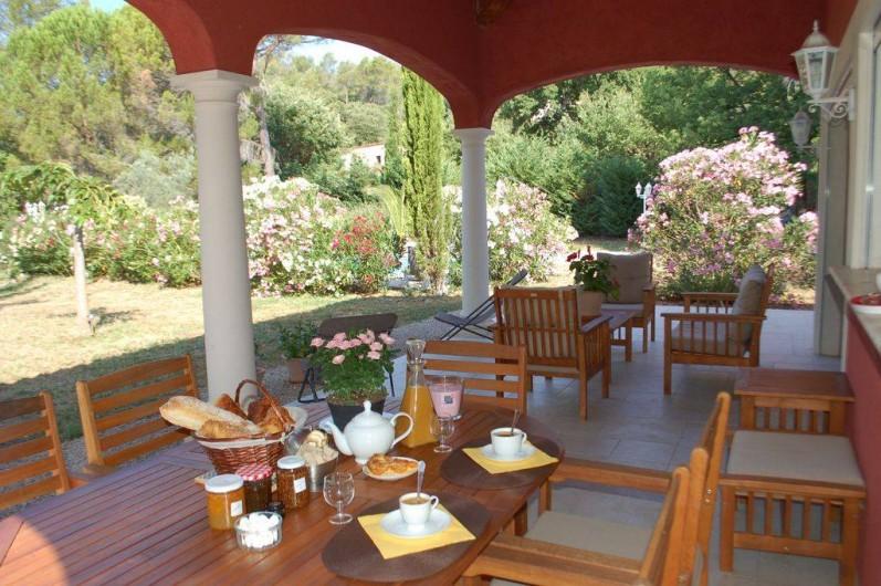 Location de vacances - Villa à Bargemon - Terrasse couverte pour l'apéro, les repas, le farniente