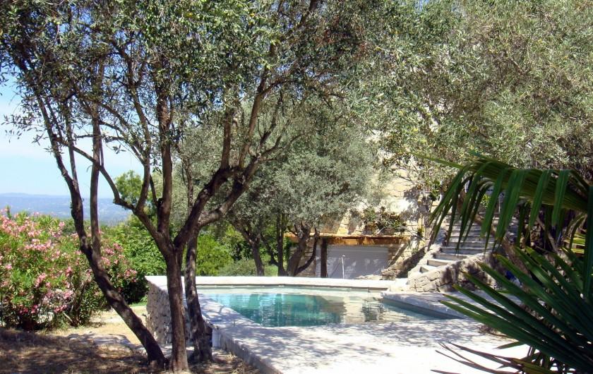 Location de vacances - Gîte à La Garde-Adhémar - Vue de la piscine et une partie du gîte en contre bas