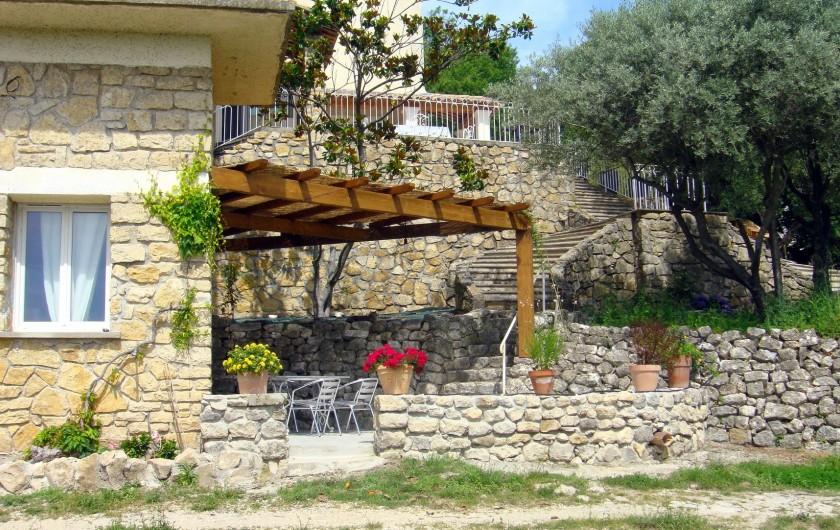 Location de vacances - Gîte à La Garde-Adhémar - Autre vue du gîte de l'extérieur.