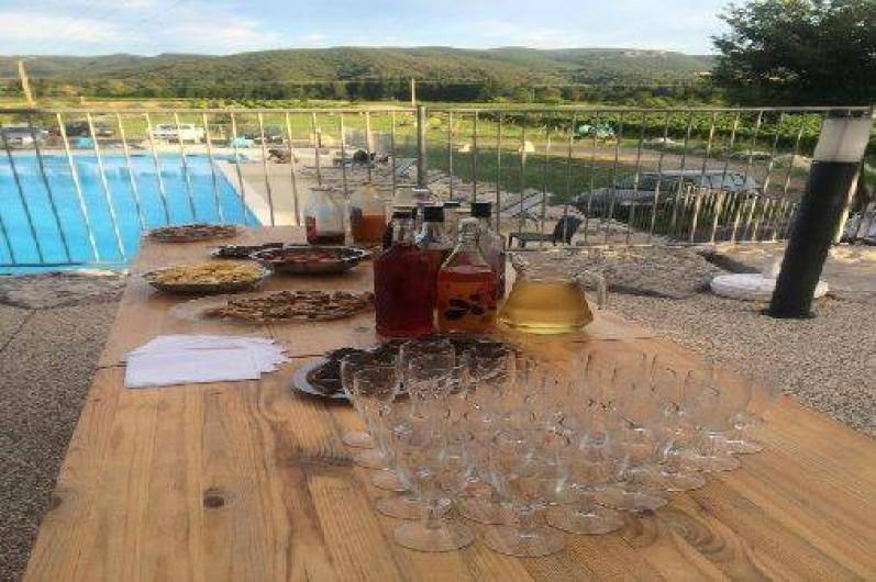 Location de vacances - Chalet à Saint-Alban-Auriolles - Pot d'accueil au bord de la piscine,  chalet Sud Ardèche Rev'o Thijol