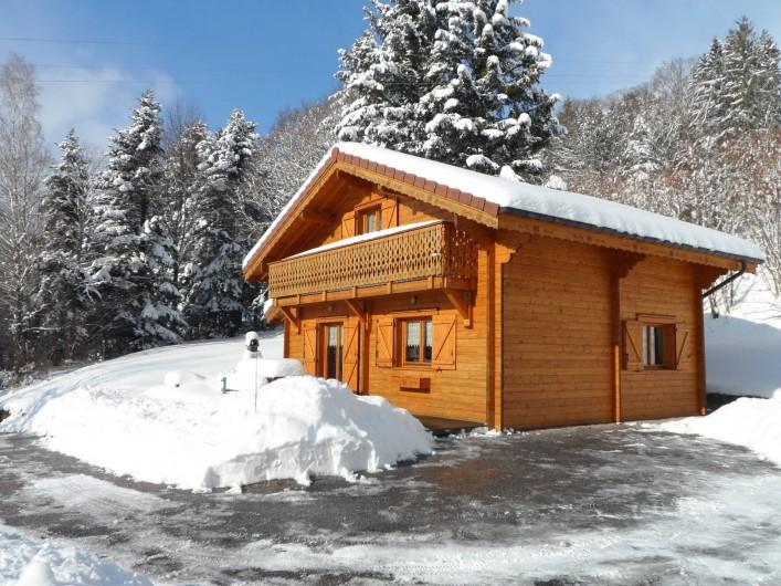 """Location de vacances - Chalet à Basse-sur-le-Rupt - Les extérieurs du chalet """"Les Bruyères"""" en hiver"""