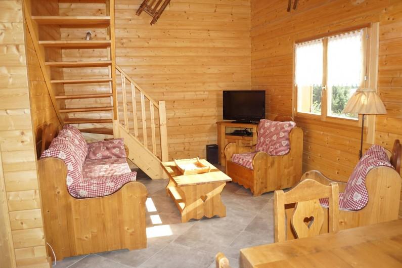 Location de vacances - Chalet à Basse-sur-le-Rupt - Salon avec TV, 1 banquette, 2 fauteuils, 1 table basse