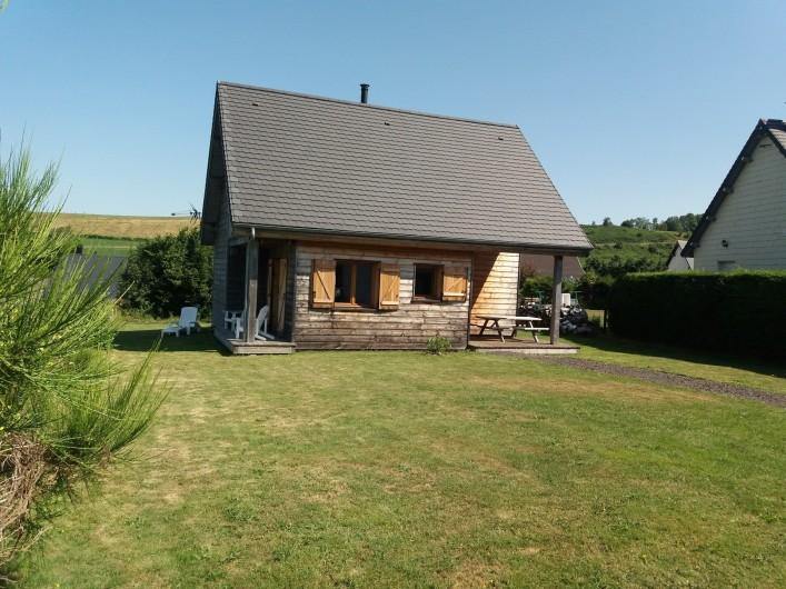 Location de vacances - Chalet à Chastreix - jardin à l'avant du chalet