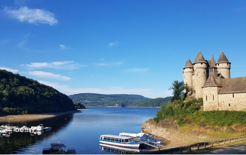 Location de vacances - Chalet à Chastreix - Lac de Bort-les-Orgues et le château de Val à 28 km