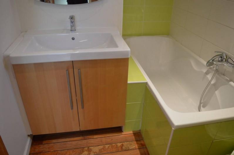 Location de vacances - Chalet à Saint-Hilaire - Salle de bain à l'étage avec wc, baignoire et vasque