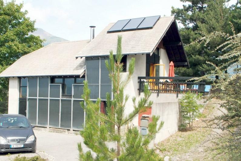 Location de vacances - Villa à Embrun - La platefome Sud: ping-pong et pétanque devant les panneaux solaires