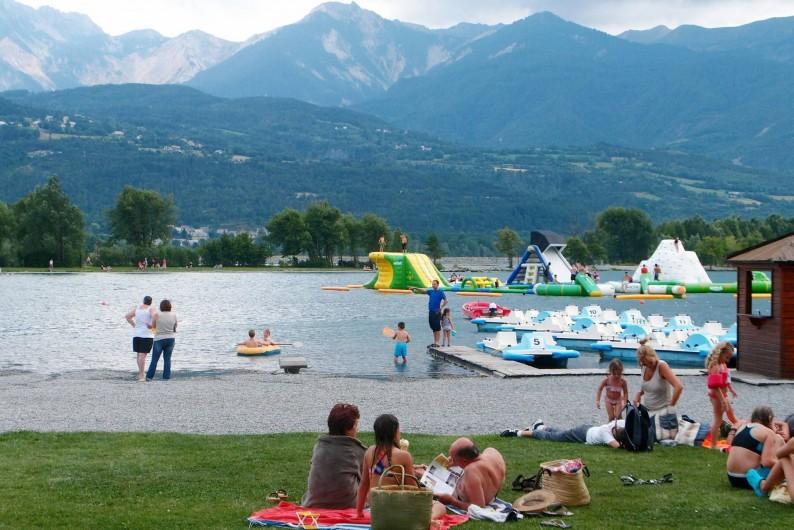 Location de vacances - Villa à Embrun - Plan d'eau sur le lac d'Embrun: baignade, pédalos, jeux; surveillé en été