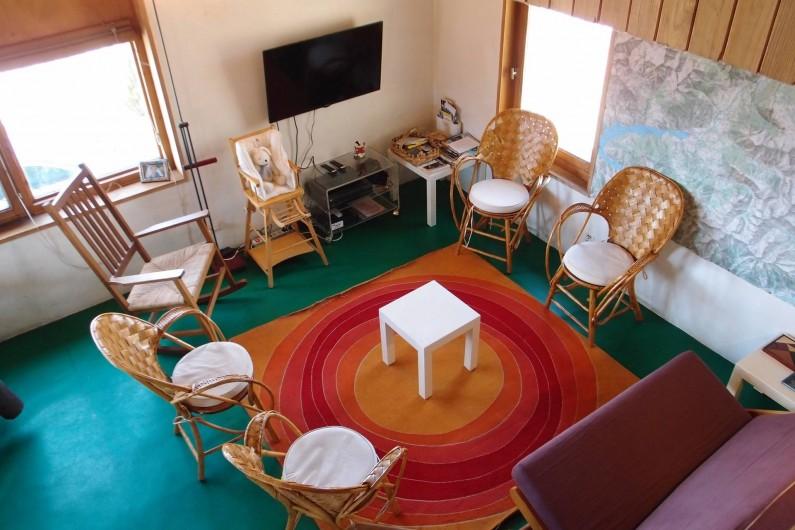 Location de vacances - Villa à Embrun - Le salon vu de la chambre en mezzanine (TV-TNT, lecteur DVD ...)
