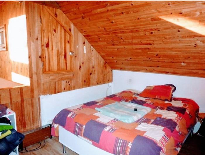 Location de vacances - Villa à Embrun - Chambre en mezzanine: vue sur le séjour et les montagnes, volet d'obturation.