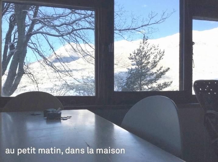 Location de vacances - Villa à Embrun - Au petit matin en hiver,  les montagnes enneigées vues du séjour
