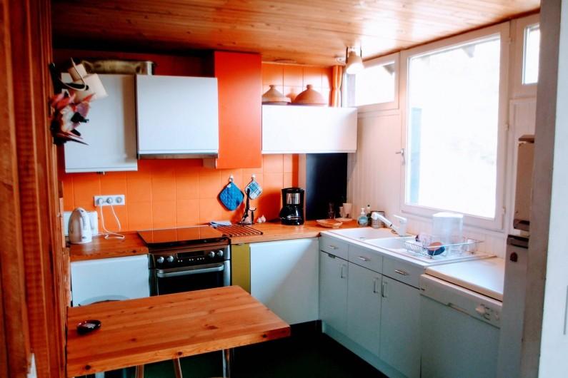 Location de vacances - Villa à Embrun - Cuisine intégrée avec petite table/ fully equiped kitchen with auxiliary table