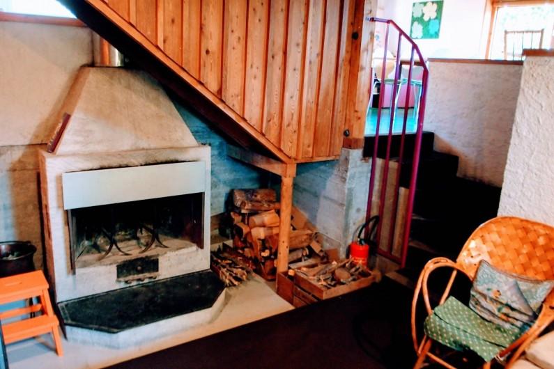 Location de vacances - Villa à Embrun - Coin cheminée en contrebas du séjour, très tranquille et frais en été